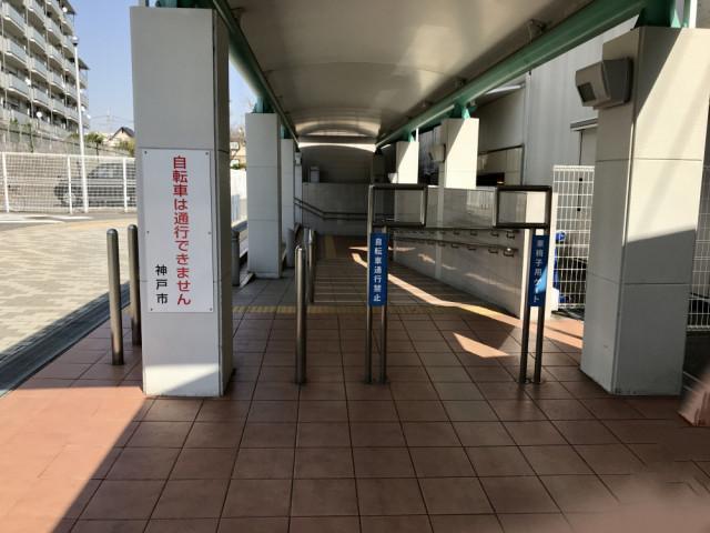 JR甲南山手駅改札を出て右手に進みます